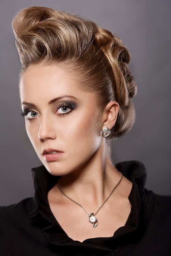 Fermez-vous Vers Le Haut De La Femme Blonde Avec La Coiffure De Mode Images stock