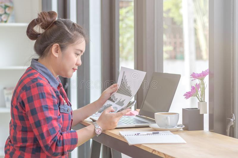 Fermez-vous vers le haut de la femme d'affaires travaillant à un café photographie stock