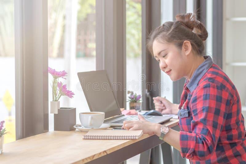 Fermez-vous vers le haut de la femme d'affaires travaillant à un café image libre de droits