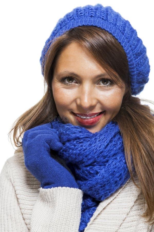 Fermez-vous vers le haut de la femme de sourire dans l'équipement d'hiver image libre de droits