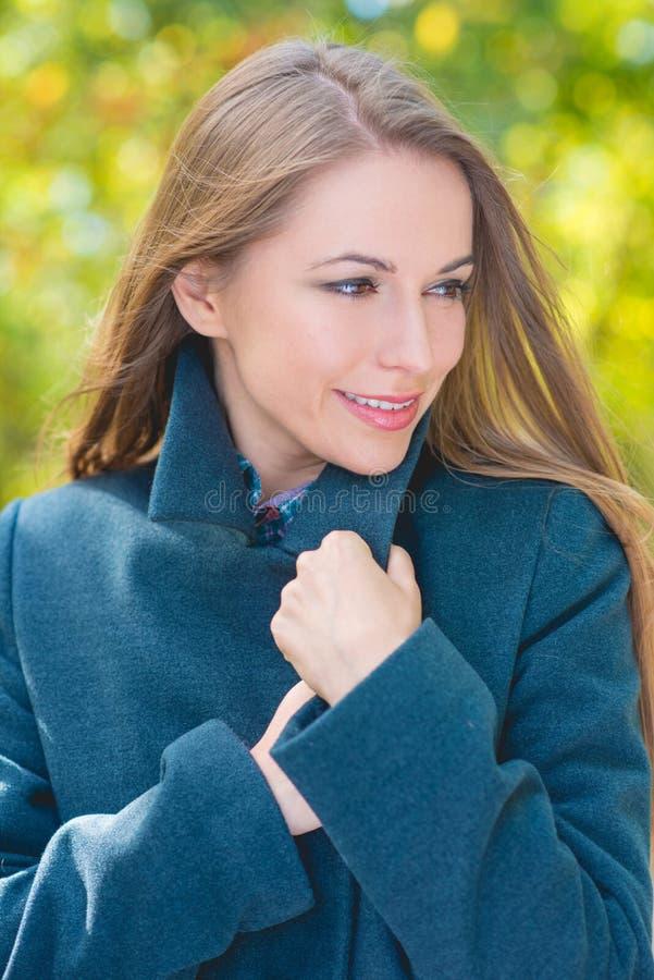 Download Fermez-vous Vers Le Haut De La Femme De Sourire En Gray Coat Attire Image stock - Image du heureux, extérieur: 45354749