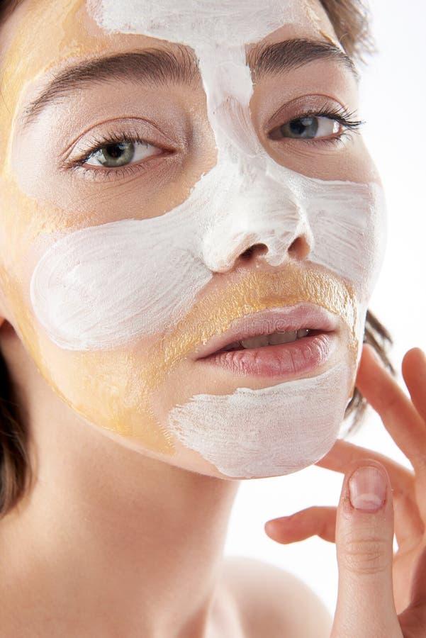 Fermez-vous vers le haut de la femme sensuelle avec le masque cosmétique photos libres de droits