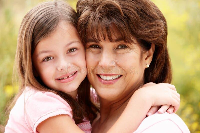 Fermez-vous vers le haut de la grand-mère et de la petite-fille hispaniques image stock