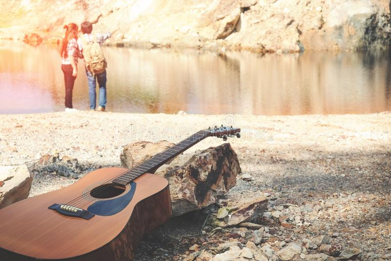 Fermez-vous vers le haut de la guitare derrière le concept romantique de voyageurs de couples photographie stock