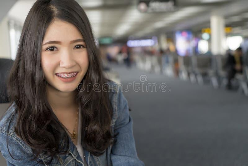 Fermez-vous vers le haut de la jeune femme asiatique de portrait dans le terminal d'aéroport photos libres de droits