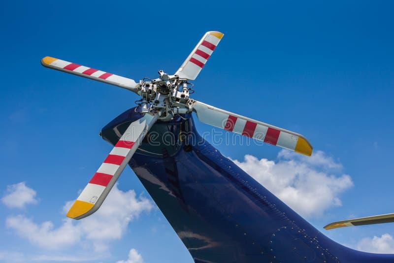 Fermez-vous vers le haut de la lame de rotor de queue de PF de l'hélicoptère de moteur à réaction images libres de droits