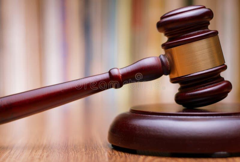 Fermez-vous vers le haut de la loi en bois Gavel sur le Tableau image stock
