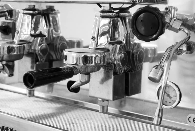 Fermez-vous vers le haut de la machine de café express brillante photos stock