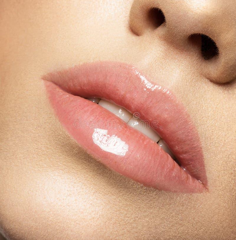 Fermez-vous vers le haut de la macro photo avec de belles lèvres femelles photographie stock
