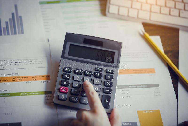 Fermez-vous vers le haut de la main de la femme d'affaires ou du comptable travaillant au calculat photo libre de droits