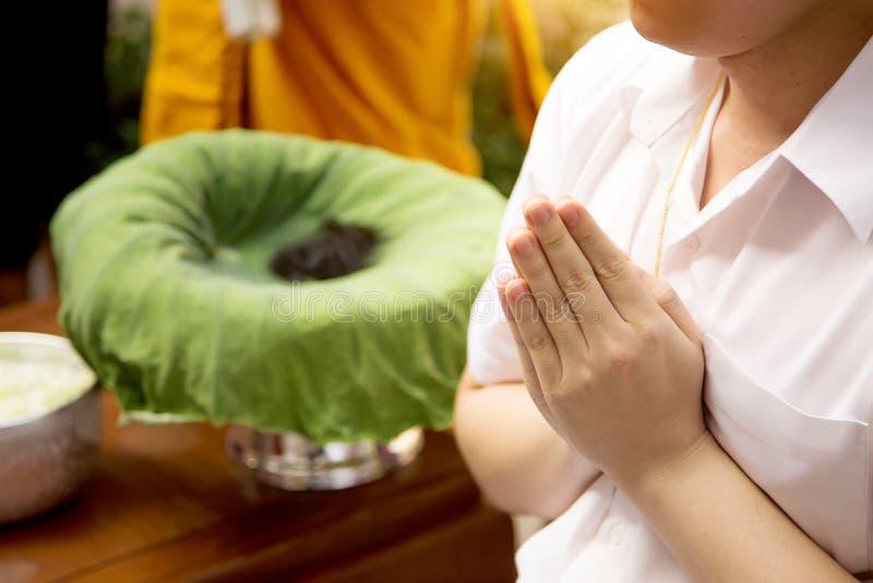Fermez-vous vers le haut de la main de prière de l'homme dans la cérémonie de prêtre photos libres de droits