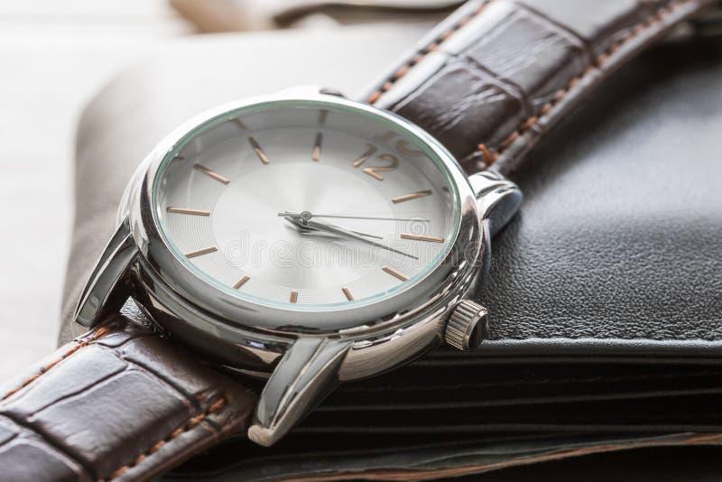 Fermez-vous vers le haut de la montre et du portefeuille image stock