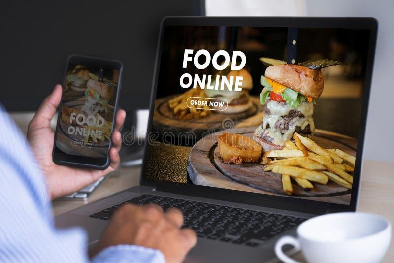 Fermez-vous vers le haut de la nourriture de commande de femme en ligne par ordre de concept d'Internet images stock