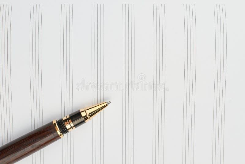Fermez-vous vers le haut de la page blanche pour les notes musicales photo libre de droits