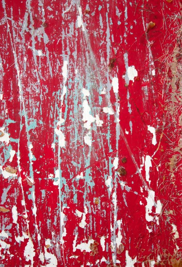 Fermez-vous vers le haut de la peinture s'écaillante rouge image stock