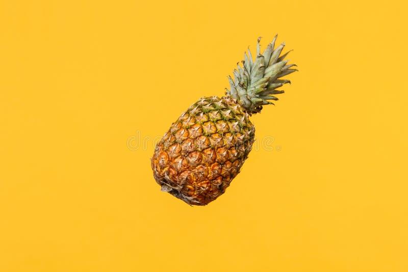 Fermez-vous vers le haut de la photo cultivée du fruit mûr frais d'ananas d'isolement sur le fond jaune-orange de mur dans le stu photographie stock libre de droits