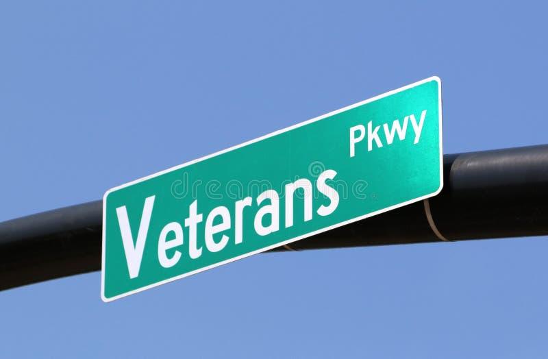 Fermez-vous vers le haut de la photo d'une plaque de rue de route express de vétérans photo libre de droits
