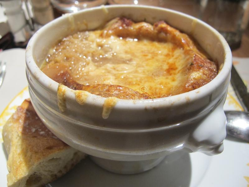 Fermez-vous vers le haut de la photo d'une soupe à oignon dans les Frances images stock