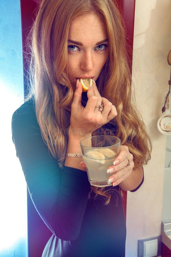 Fermez-vous vers le haut de la photo de la femme sensuelle avec le citron et le cocktail image libre de droits