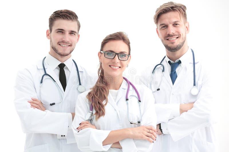 Fermez-vous vers le haut de la photo de trois médecins sûrs regardant l'appareil-photo photo libre de droits