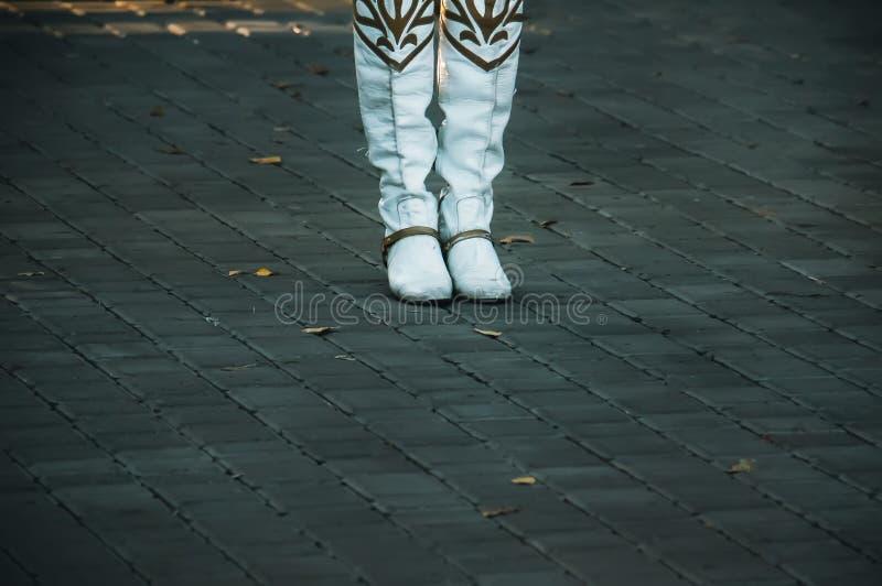 Fermez-vous vers le haut de la photo des bottes d'une femme sur l'alleway images libres de droits