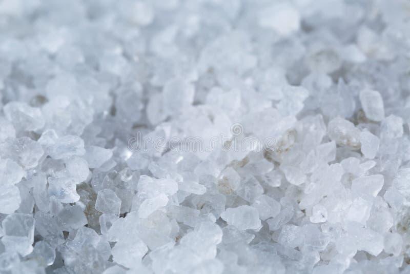 Fermez-vous vers le haut de la photo des cristaux de sel de mer images stock