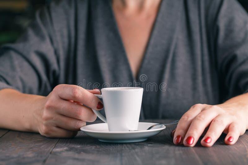 Download Fermez-vous Vers Le Haut De La Photo Des Mains Et De La Tasse De Café Photo stock - Image du émotif, main: 77157722