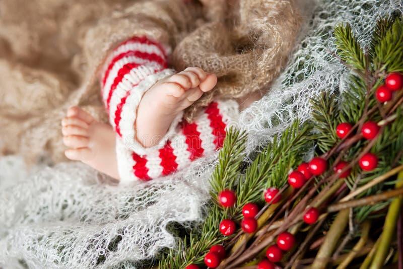 Fermez-vous vers le haut de la photo des pieds nouveau-nés de bébé, temps de Noël image stock