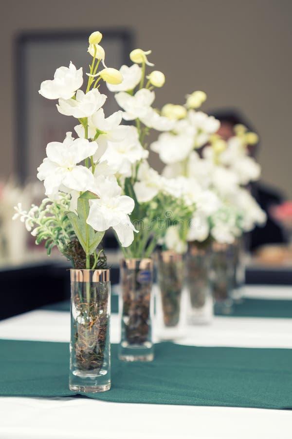 Fermez-vous vers le haut de la photo des verres de vin avec la fleur dans le restaurant photos stock