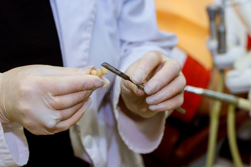 Fermez-vous vers le haut de la photo du dentist& x27 ; mains de s tenant les outils dentaires photo libre de droits