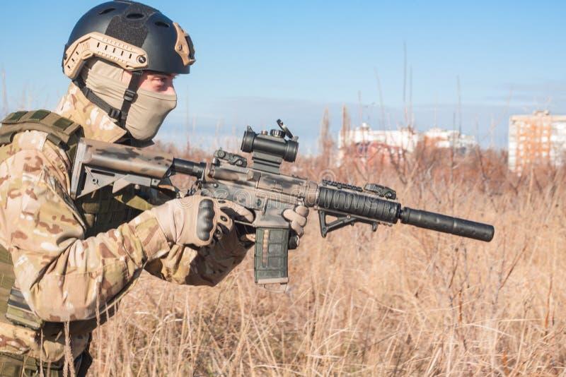 fermez-vous vers le haut de la photo du soldat avec le fusil photo stock