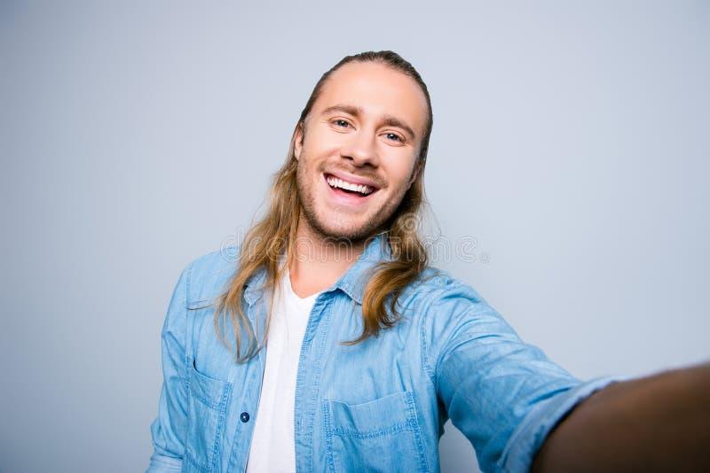 Fermez-vous vers le haut de la photo du type attirant, barbu, souriant avec le beamin photo libre de droits