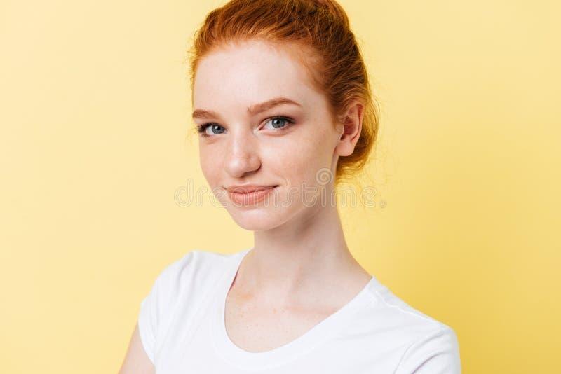 Fermez-vous vers le haut de la photo de la fille de sourire regardant l'appareil-photo image stock
