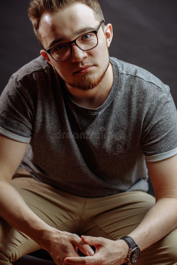 Fermez-vous vers le haut de la photo de l'adolescent caucasien aimable en verres photo libre de droits