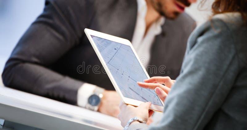 Fermez-vous vers le haut de la photo de l'homme d'affaires utilisant le comprim? photos libres de droits