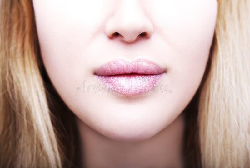 Fermez-vous vers le haut de la photo de pleines lèvres du ` s de femme après augmentation images libres de droits