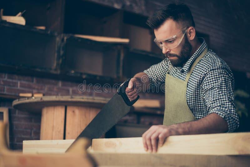 Fermez-vous vers le haut de la photo de qualifié barbu beau sûr en portant avr. photographie stock libre de droits