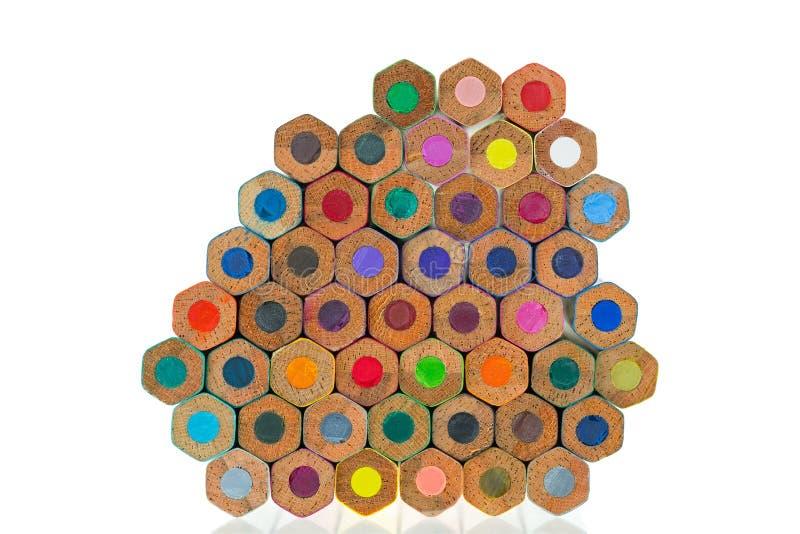 Fermez-vous vers le haut de la pile de l'extrémité de bout colorée colorée de crayons sur le blanc photo libre de droits