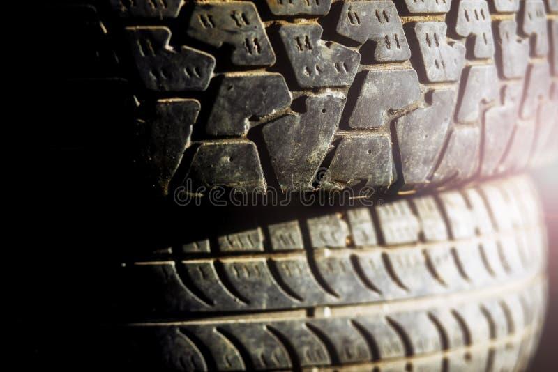 Fermez-vous vers le haut de la pile de pneus de voiture d'occasion photo libre de droits