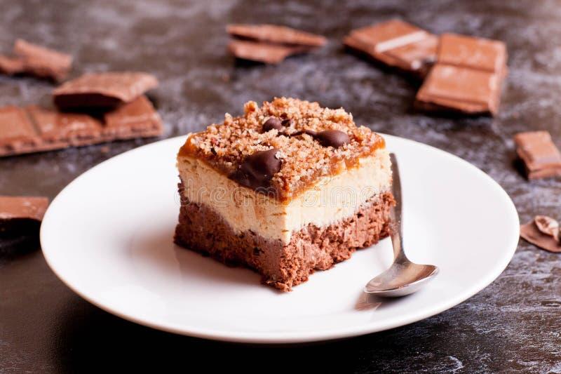 Fermez-vous vers le haut de la plaque des 'brownie' avec les noix et la sauce à caramel photographie stock