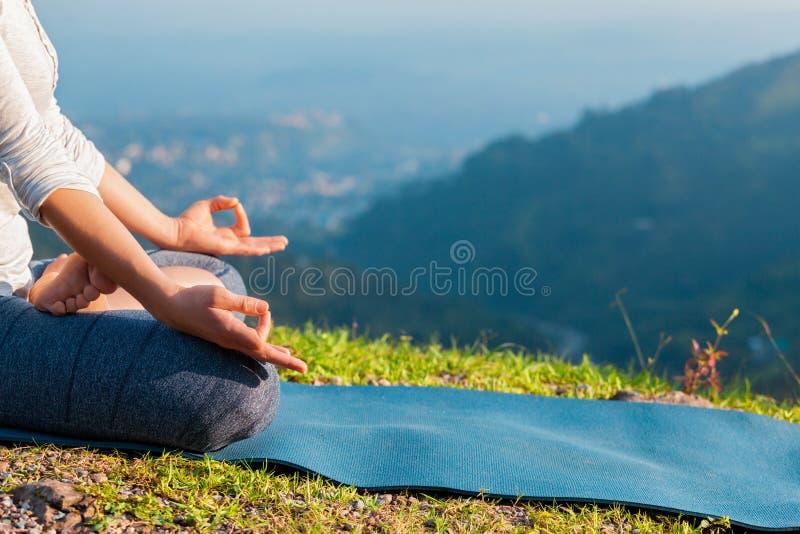 Fermez-vous vers le haut de la pose de lotus de Padmasana image libre de droits