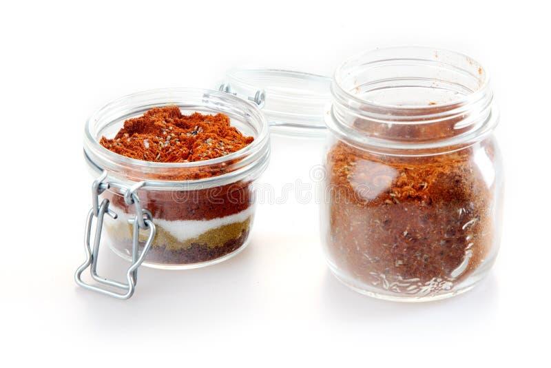 Fermez-vous vers le haut de la poudre de bande de frottement et de marinade sur des pots images stock