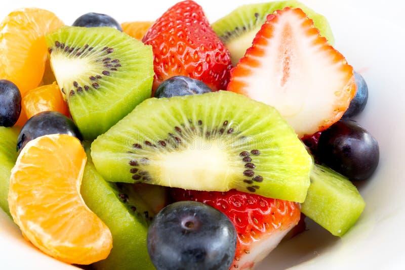 Fermez-vous vers le haut de la salade de fruit frais dans un plat blanc photographie stock