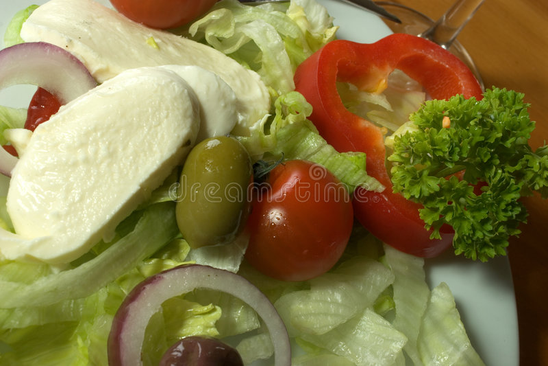 Fermez-vous vers le haut de la salade italienne photo stock