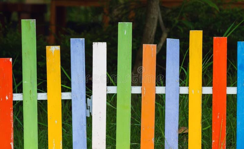 Fermez-vous vers le haut de la surface de la vieille peinture en bois, colorée de la peinture en bois, pour photos libres de droits