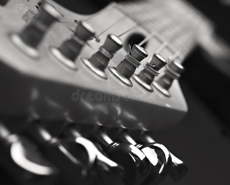 Fermez-vous vers le haut de la tête de machine de guitare photographie stock