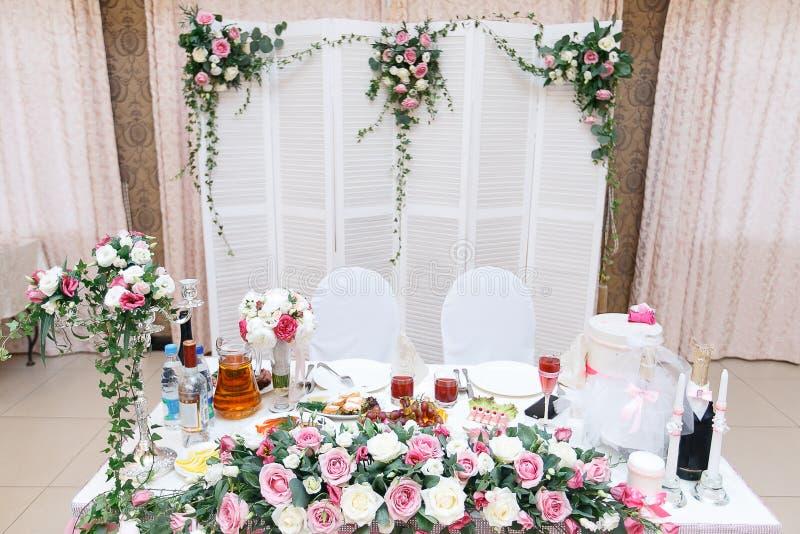 Fermez-vous vers le haut de la table principale pour les nouveaux mariés au hall de mariage photographie stock