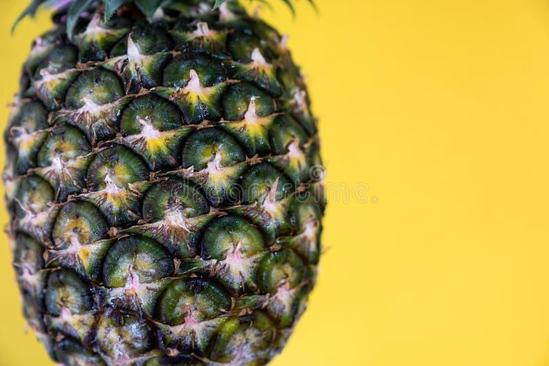 Fermez-vous vers le haut de la texture de l'ananas mûr frais sur le fond jaune, c photos libres de droits