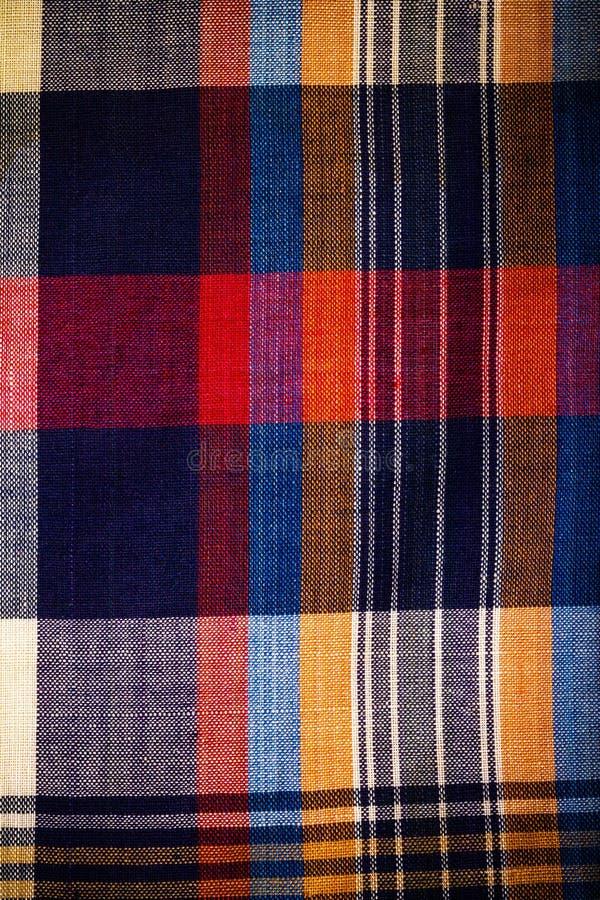 Fermez-vous vers le haut de la texture multicolore de tissu de plaid pour le fond toned photographie stock