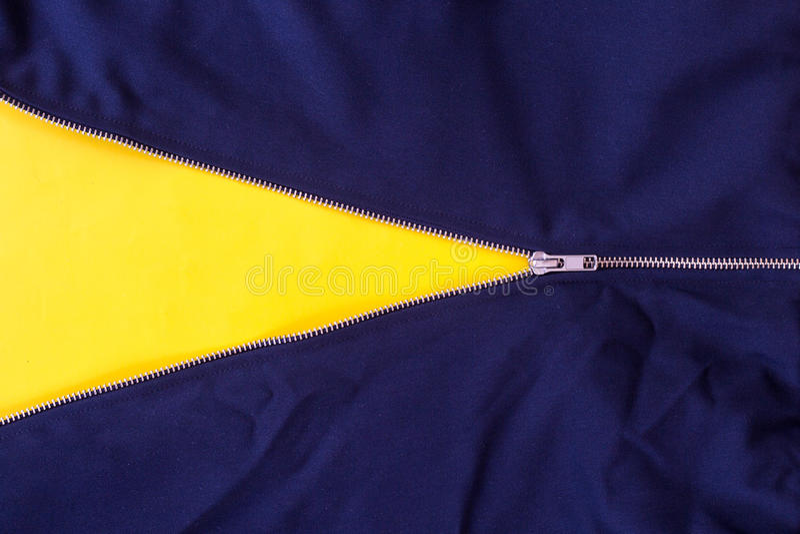 Fermez-vous vers le haut de la tirette de treillis d'isolement sur le fond jaune images stock